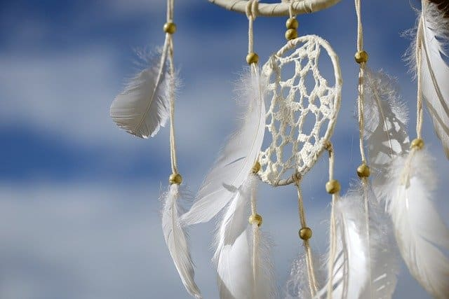The Spiritual Symbolism of White Feathers: Meaning and Interpretation